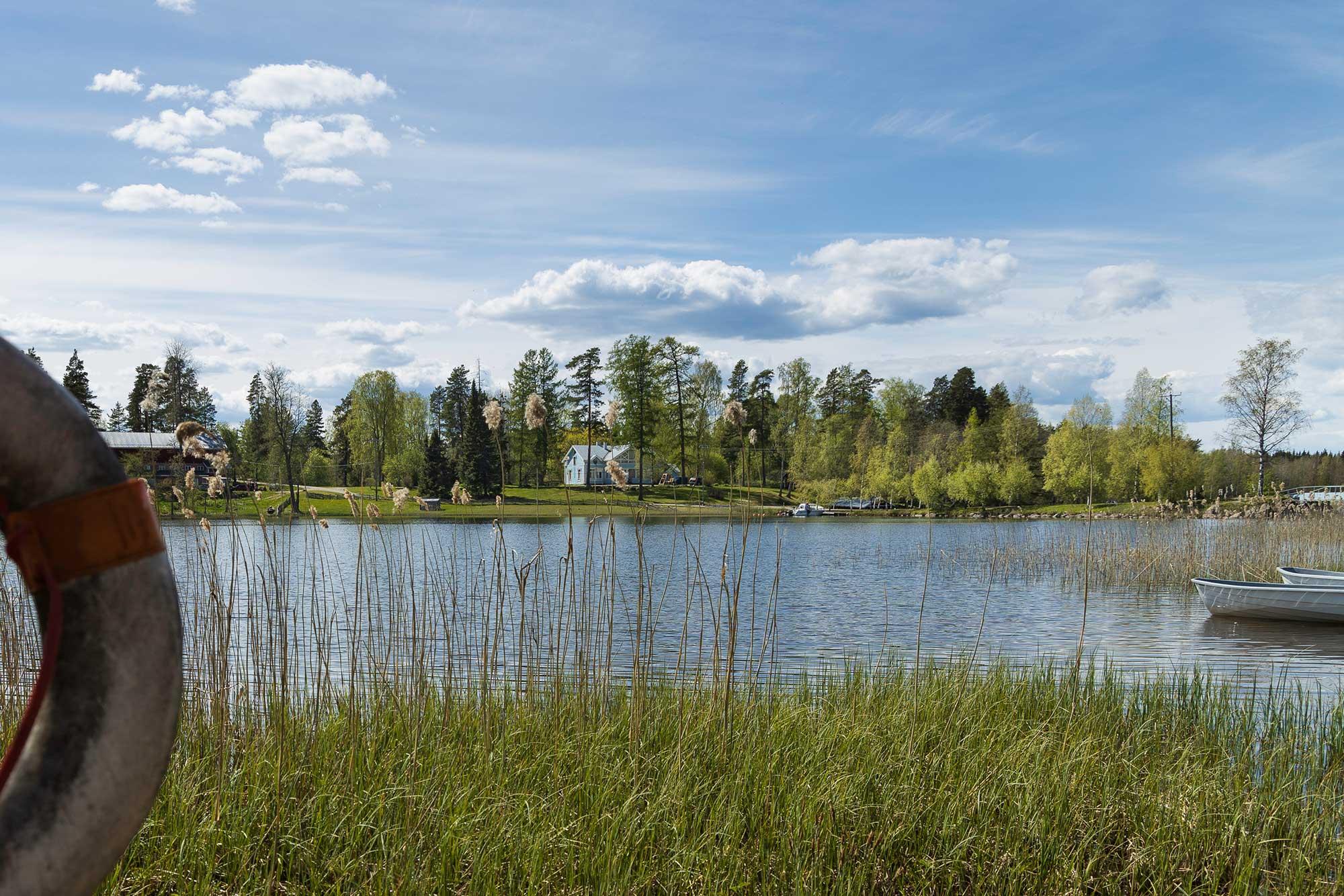 Lomamökkien järven ranta - Aurantola